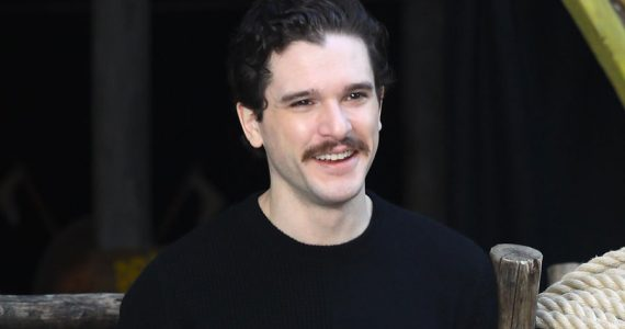 Kit Harington, 'moustache is coming': adiós barba, hola bigote
