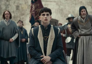 Timothée Chalamet y Robert Pattinson en el tráiler de The King