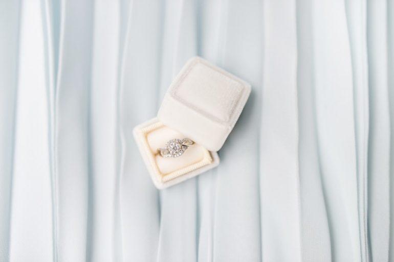 anillo de compromiso - unsplash