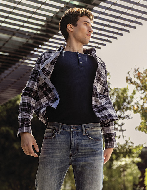 Camisa, t-shirt y jeans Dockers.