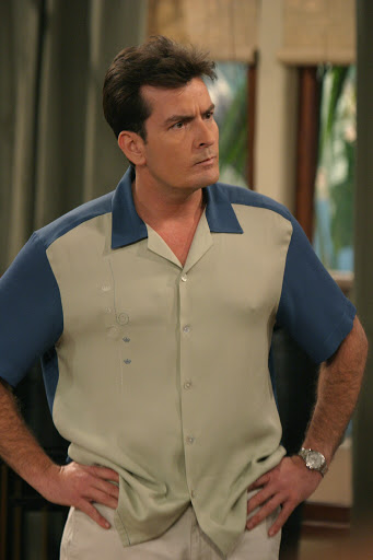 Charlie Sheen en Two and a Half Men Foto WB