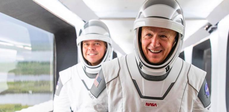 ¿Quién es el mexicano que creó los trajes de los astronautas del Crew Dragon?