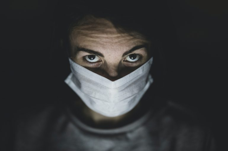 cubrebocas-reduce-el-riesgo-de-contagio-por coronavirus-engin-akyurt-unsplash
