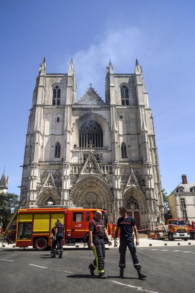 incendio en la catedral de Nantes en Francia provocado