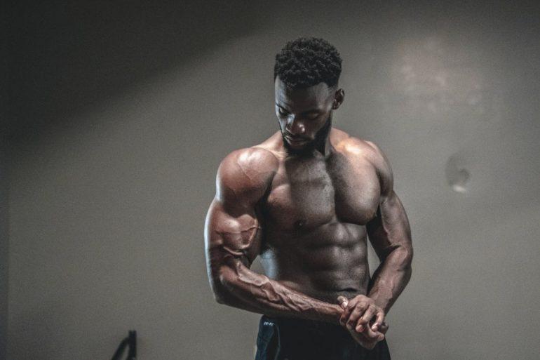 bíceps enormes con 300 repeticiones de mancuernas
