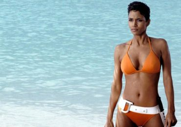 sensual video halle berry bikini die another day