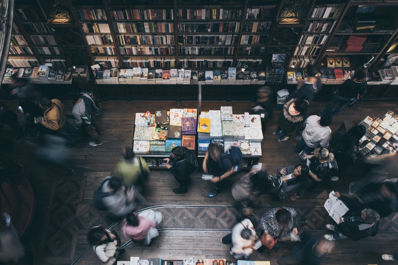 librería con gente