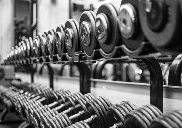 Los beneficios del entrenamiento dos veces al día-mancuernas