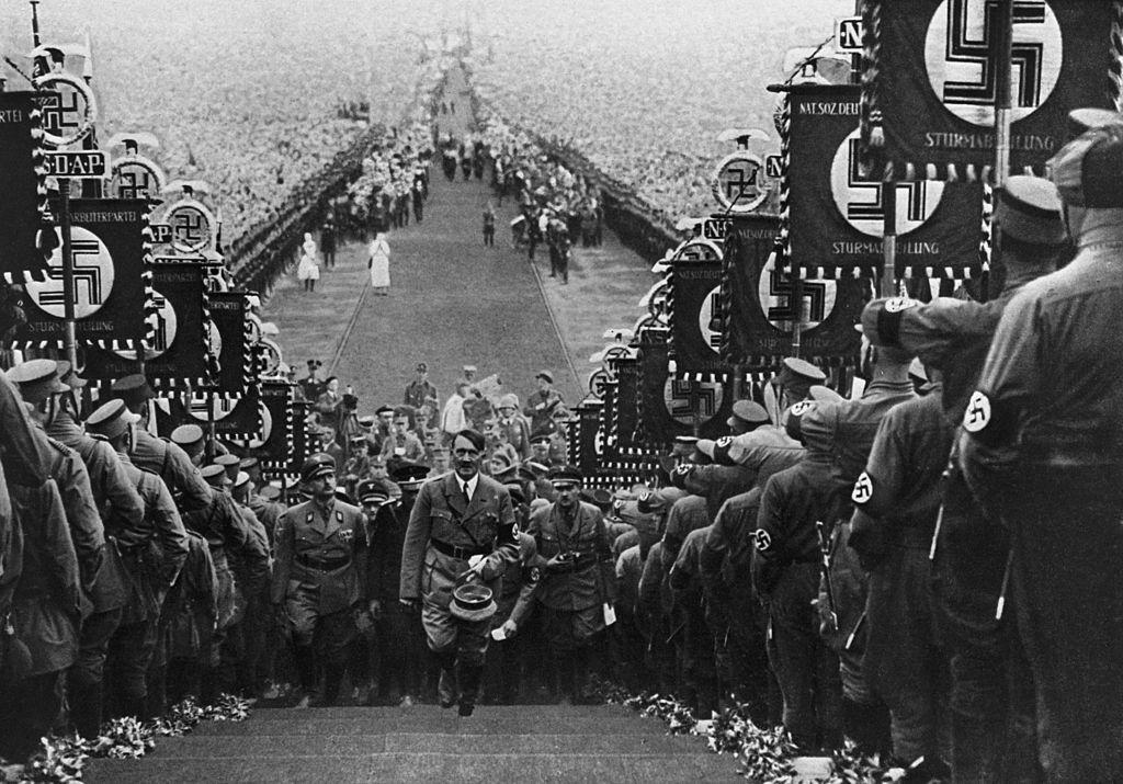 Hitler subiendo al partido