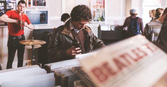 Hombre en tienda de discos