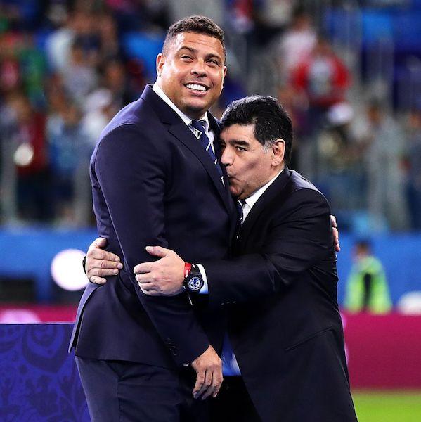 Muere Maradona beso
