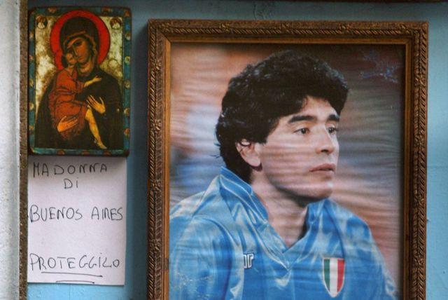 Muere Maradona santo