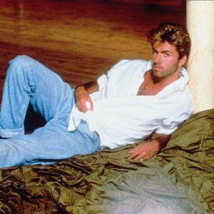 George Michael con camisa blanca