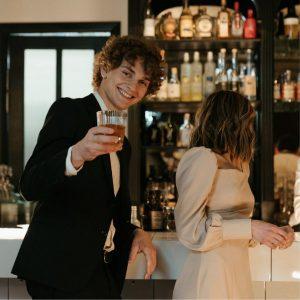 Caballero y dama en un bar