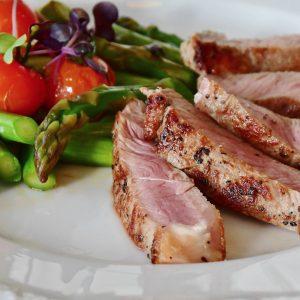 Carne roja con ensalada
