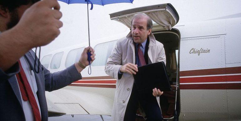Joe Biden bajando de un avión