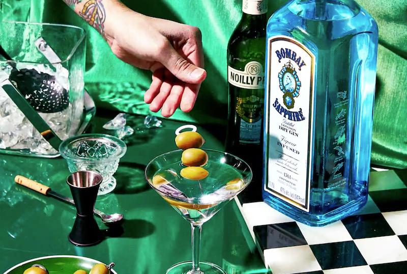 Cómo preparar un martini con ginebra aceitunas