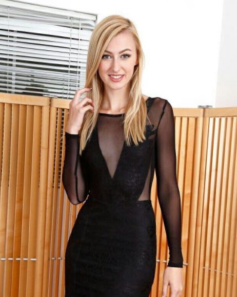 Alex Grace con vestido negro actrices porno
