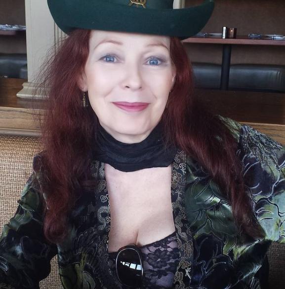 Anette Haven sombrero y abrigo verde