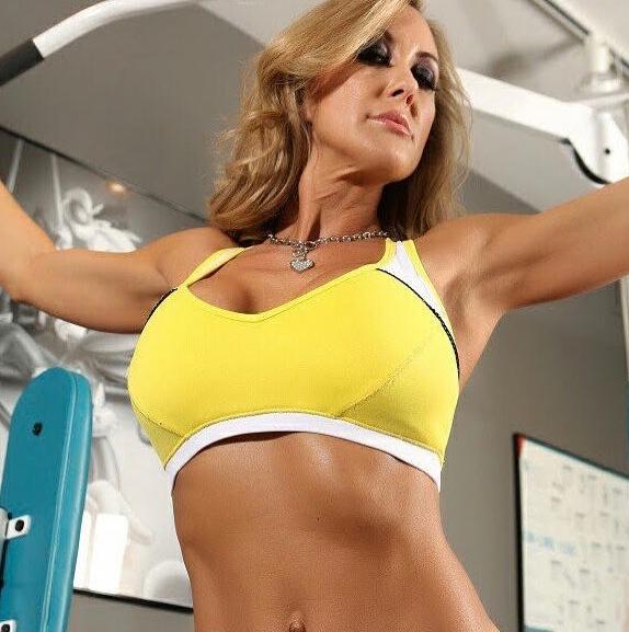 Brandi Love haciendo ejercicio en gimnasio actrices porno