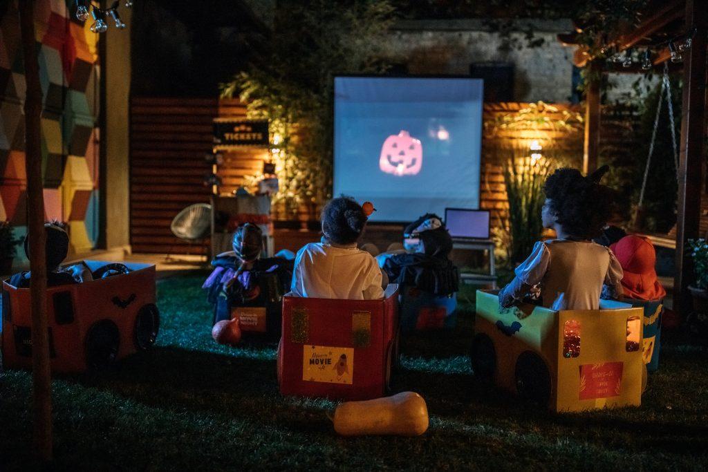 Familia disfrutando cine al aire libre