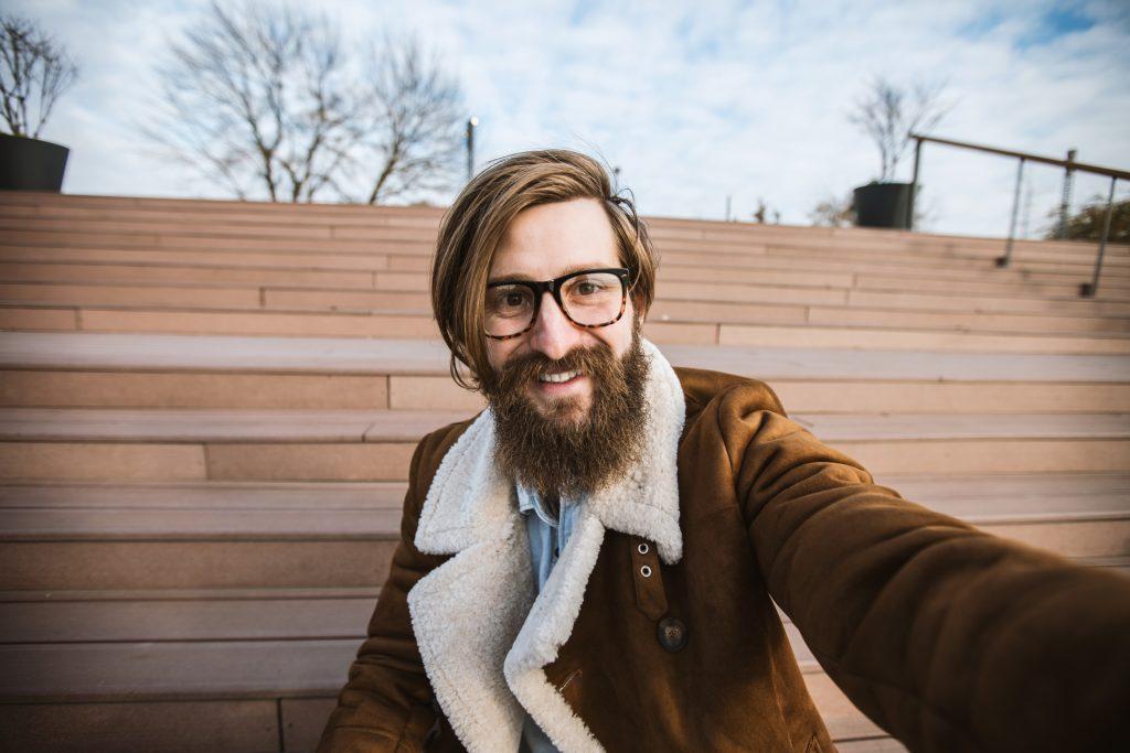 Hipster con cabello largo y lacio