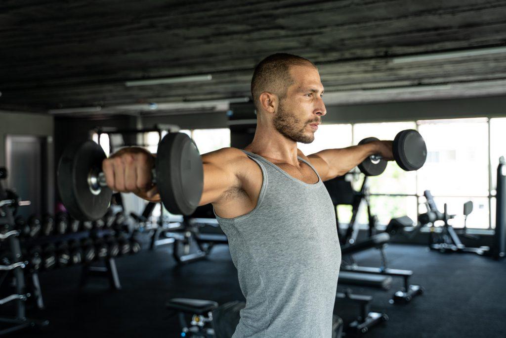 Vuelos laterales ganar masa muscular en los brazos