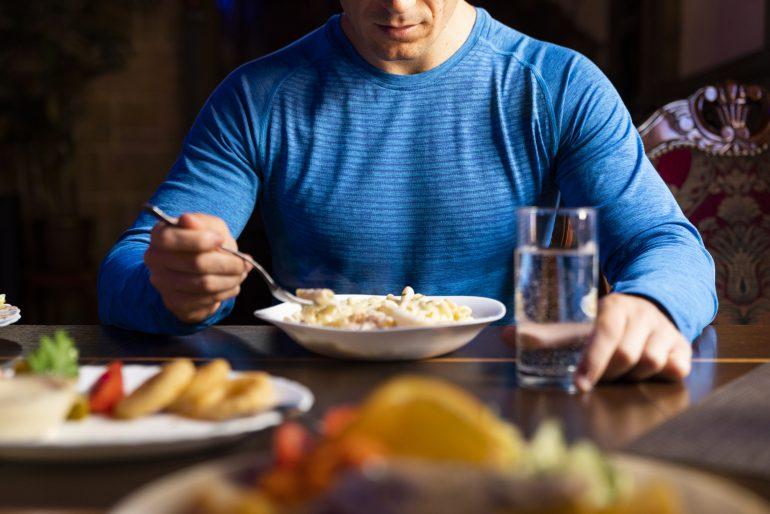 Atleta comiendo proteínas