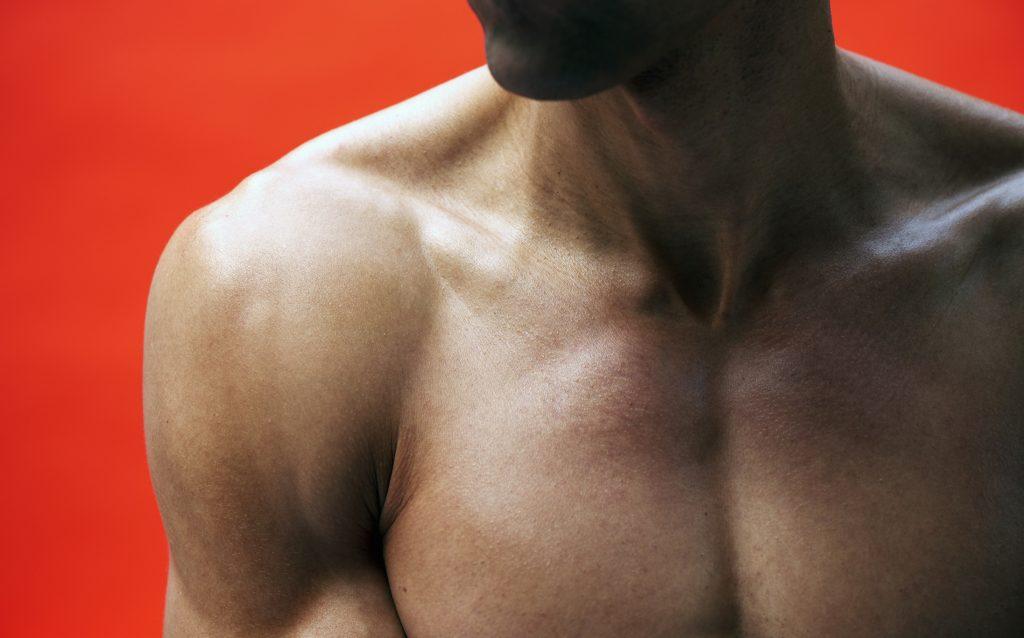 Detalle de cuerpo de hombre musculoso como ganar masa muscular
