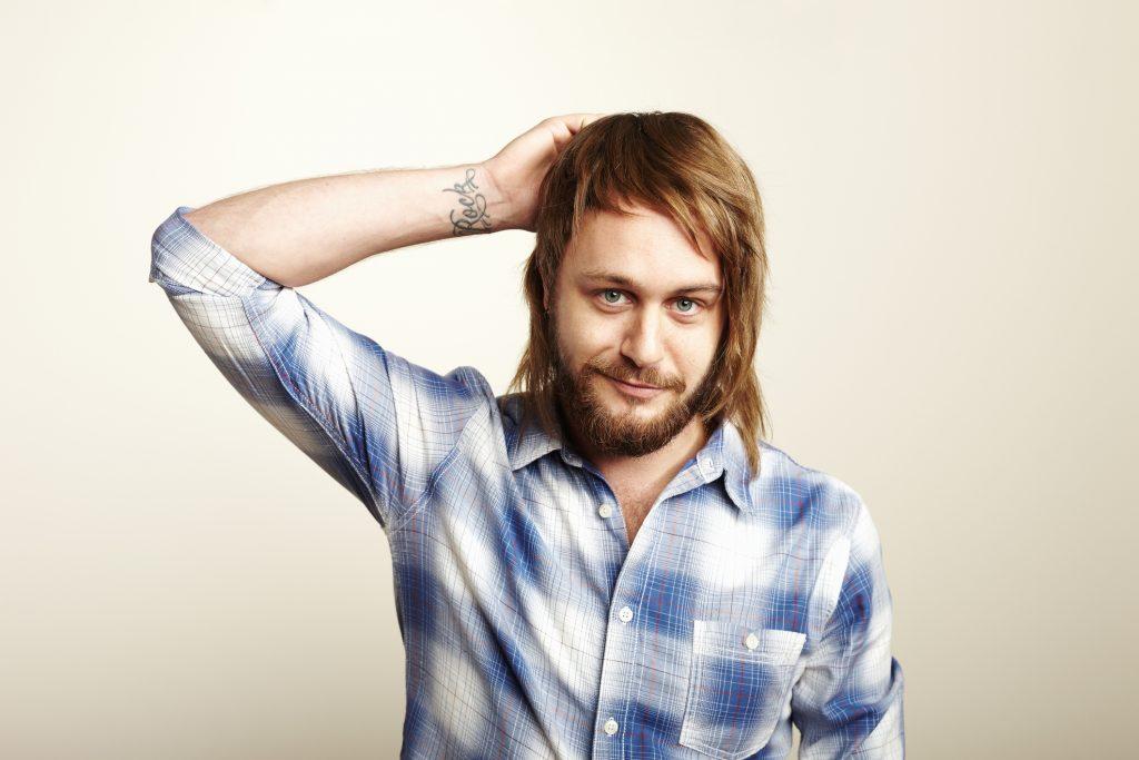 Hombre con barba y cabello largo