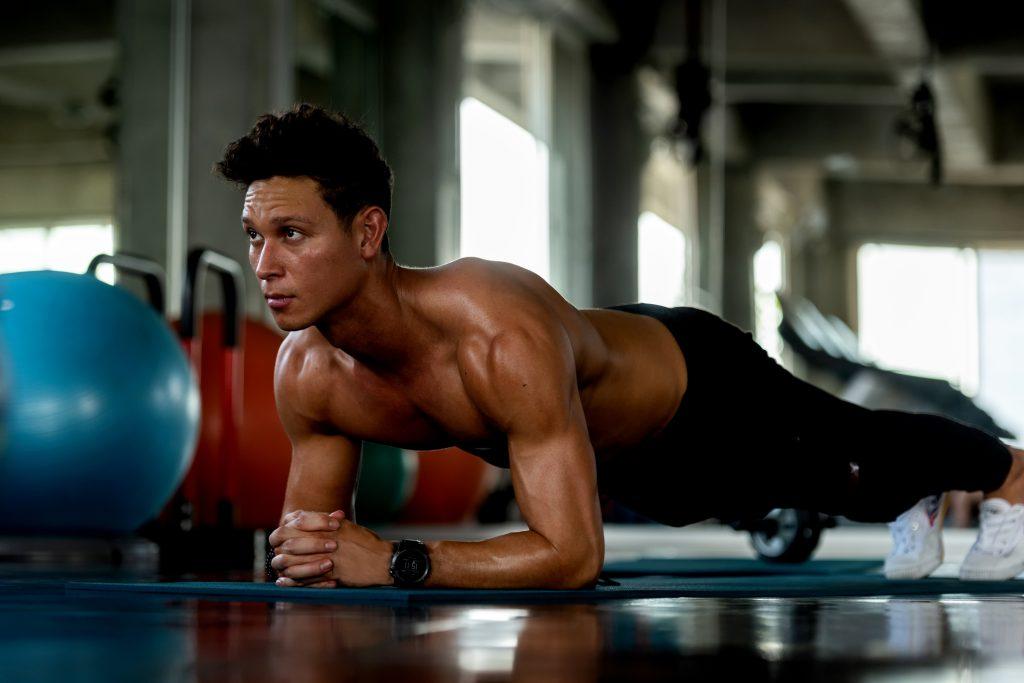 Hombre fitness haciendo plancha