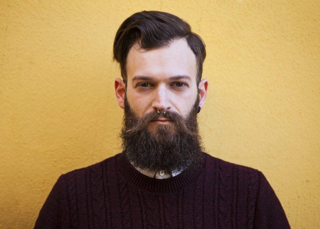 Hombre con barba y bigote