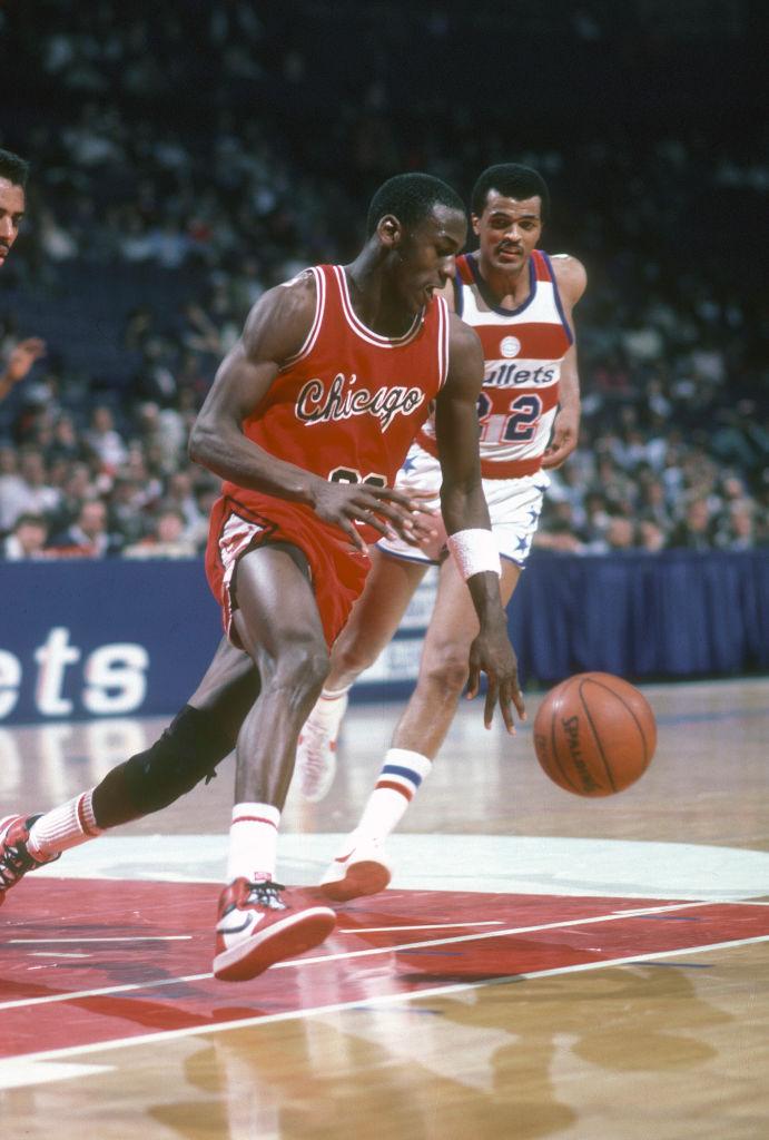 Michael Jordan en partido con los Chicago Bulls usando los Air Jordan