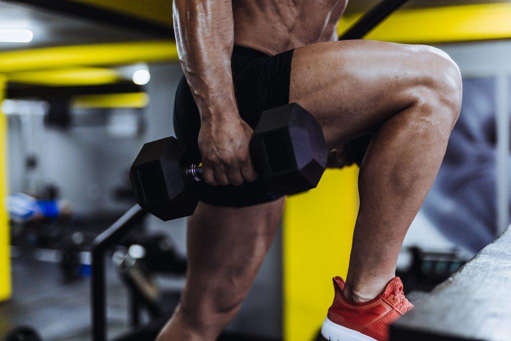 Rutina de subida en step para fortalecer piernas