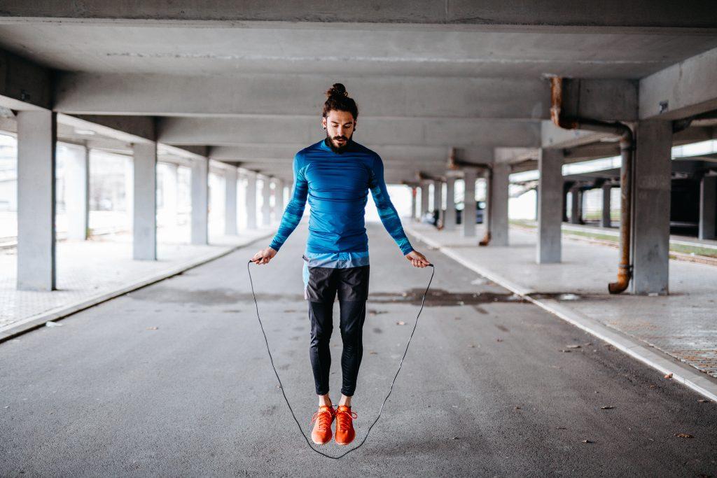 Hombre saltando la cuerda