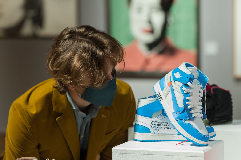 Tenis Air Jordan blanco con azul