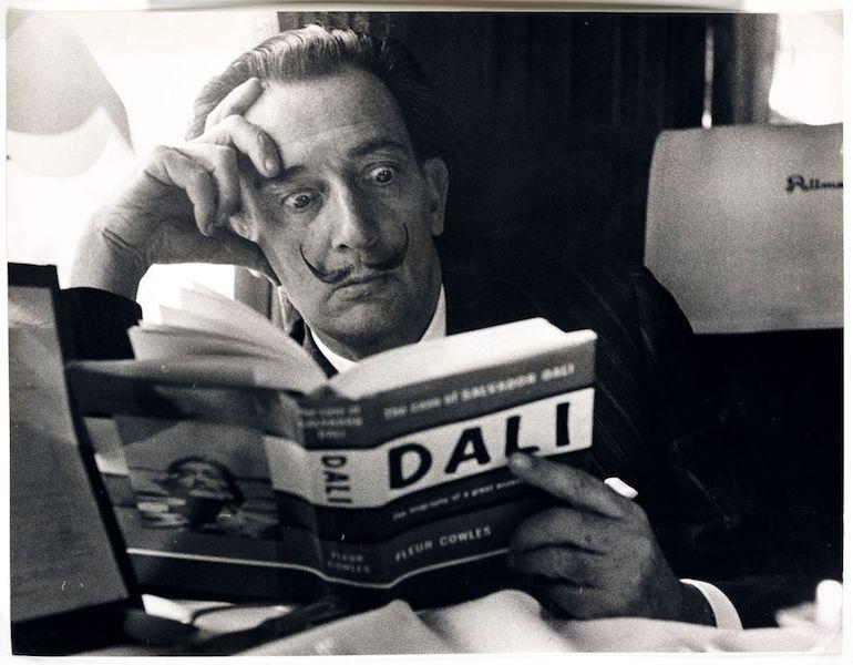 Salvador Dalí Fotos leyendo