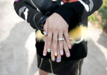 Con las uñas pintadas