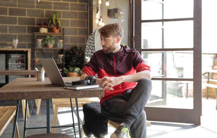 joven trabajando en casa con laptop